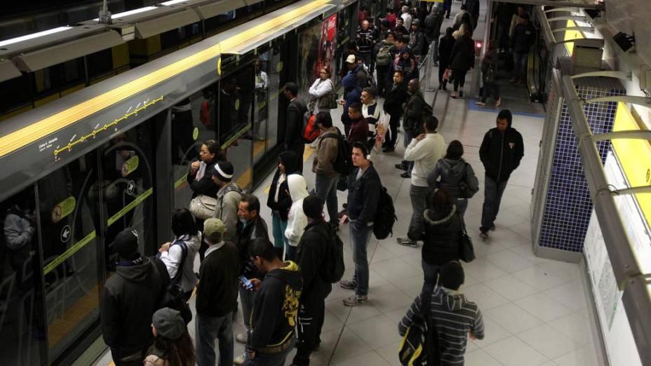 Usuários na Linha Amarela do Metrô, que funciona normalmente nesta quinta