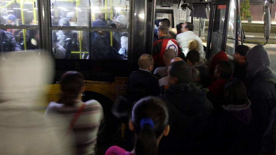 Passageiros tentam pegar ônibus nos arredores da Estação Artur Alvim da Linha 3-Vermelha do Metrô de São Paulo, que está fechada nesta quinta-feira