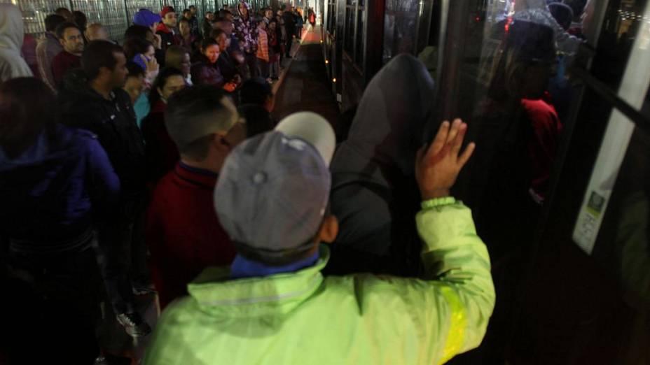 Passageiros tentam pegar ônibus nos arredores da Estação Itaquera do Metrô de São Paulo, que está fechada nesta quinta-feira