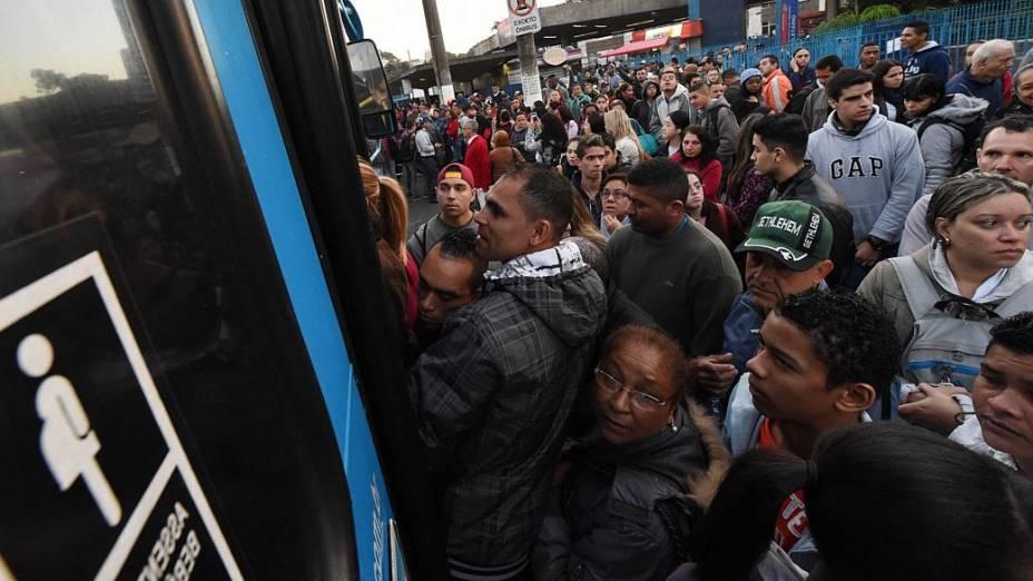 Passageiros tentam pegar ônibus nos arredores da Estação Jabaquara da Linha 1-Azul do Metrô de São Paulo, que está fechada nesta quinta-feira