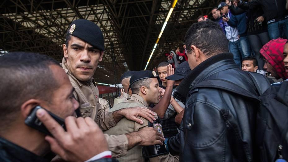 Policiais entraram em confronto com os usuários do metrô durante o primeiro dia de greve em São Paulo