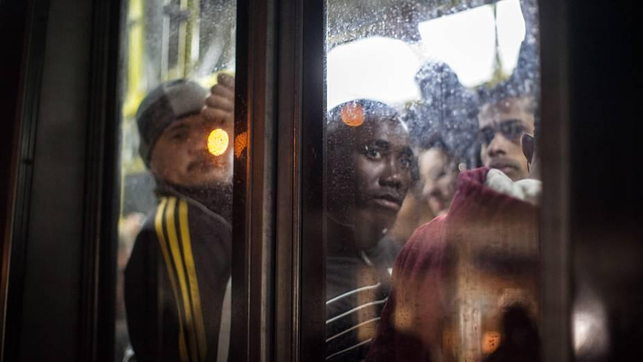 Movimentação intensa de usuários do metrô na estação Luz que funciona parcialmente durante greve dos metroviários nesta quinta-feira (5)
