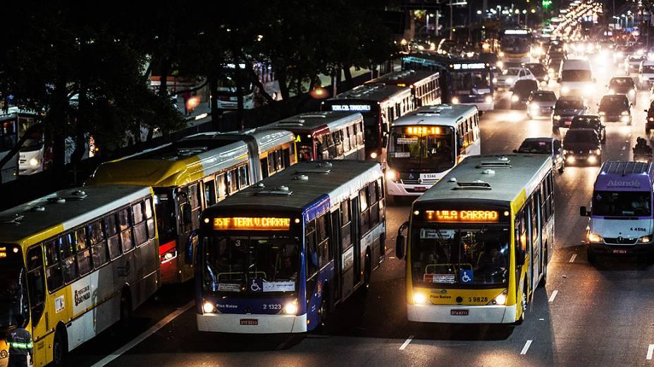 Usuários do Metrô (Companhia do Metropolitano de São Paulo), que desembarcaram na Estação Tatuapé, na zona leste de São Paulo, tentam embarcar em ônibus na avenida Radial Leste
