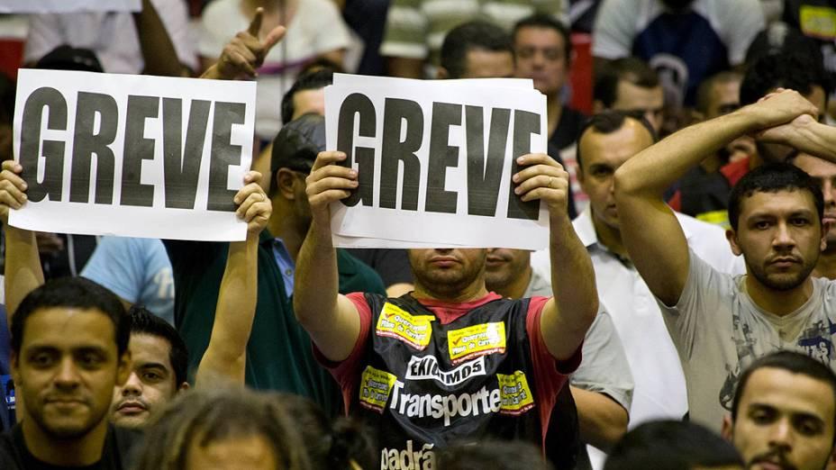 Trabalhadores decidem pela continuidade da greve por tempo intederminado durante Assembleia de Metroviários para definir os rumos da campanha salarial 2014, no Sindicato dos Metroviários em São Paulo (SP), nesta quinta-feira (05)