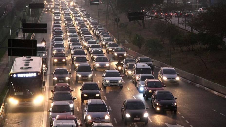 Trânsito intenso na Radial Leste de São Paulo, nesta quinta-feira, próximo a estação Carrão do Metrô, durante a paralisação dos metroviários