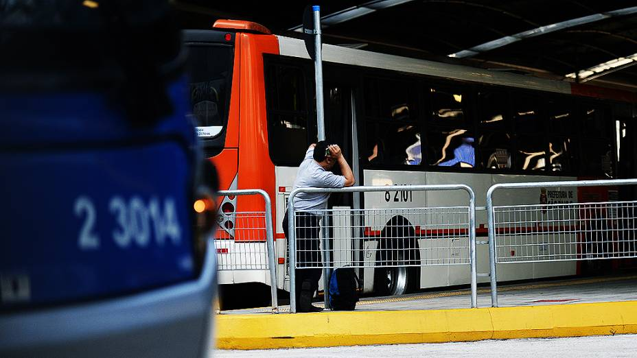 Motoristas e cobradores de ônibus paralisam as atividades na manhã desta terça-feira (20). Na foto terminal Pinheiros na zona oeste de São Paulo
