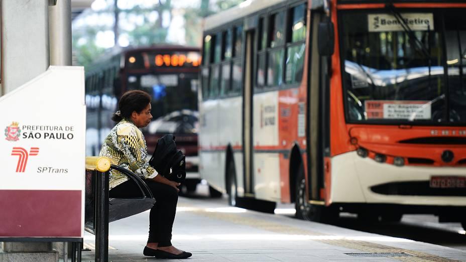 Passageira aguarda ônibus no Terminal de Pinheiros, na Zona Oeste de São Paulo (SP), na manhã desta terça-feira (20)
