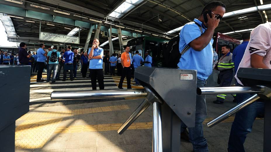 Motoristas e cobradores de ônibus fazem paralisação no Terminal de Pinheiros, na Zona Oeste de São Paulo (SP), na manhã desta terça-feira (20)
