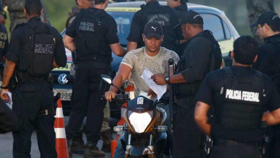 Policiais Federais conferem foto dos PMs que abandonam o predio da Assembleia Legislativa após 10 dias de ocupação