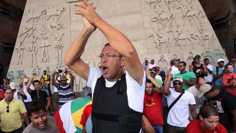 O presidente da Aspra (Associação dos Policiais, Bombeiros e dos seus Familiares do Estado Bahia), Marco Prisco, na sede da Assembleia Legislativa, onde está desde a noite de terça-feira (31)