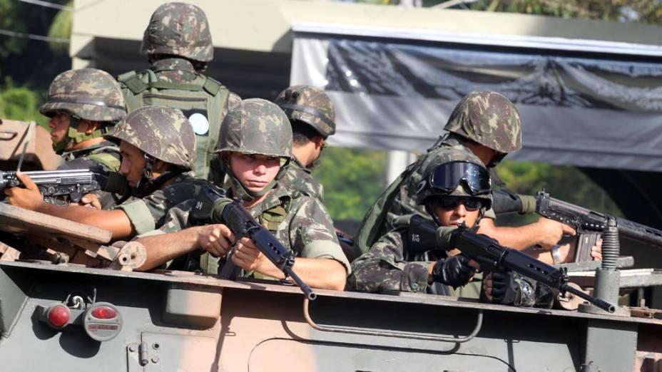 Blindado do exército reforça o patrulhamento de Salvador durante a greve da PM