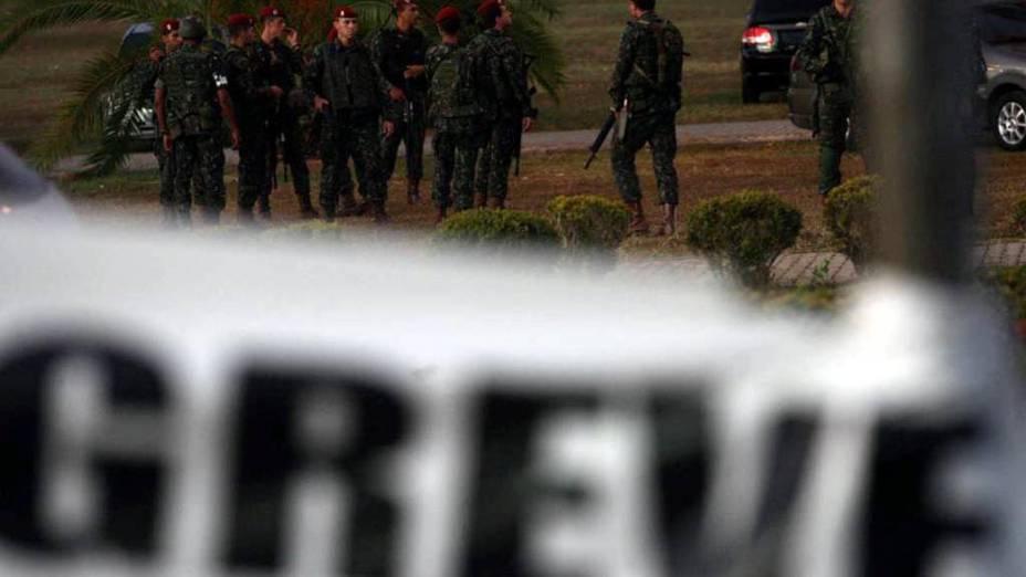 Homens do Exército, Força Nacional, Polícia Federal e das Companhias Independentes de Policiamento Especializado da Polícia Militar cercaram a Assembleia Legislativa da Bahia na manhã desta segunda-feira