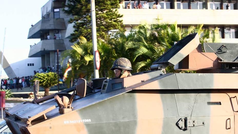 Blindado do exército próxima à Assembleia Legislativa da Bahia, onde estão os grevistas
