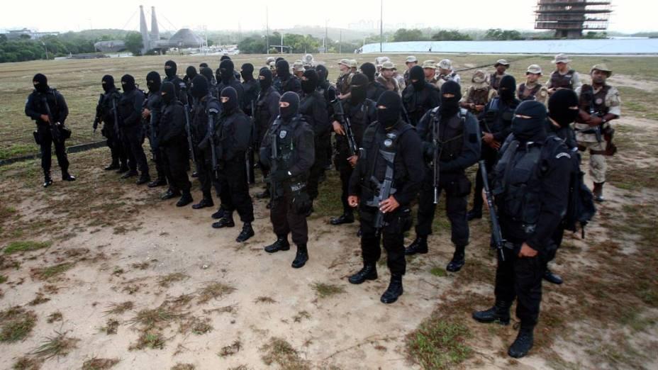 Grupamento especial da Policia Militar chegando ao local da greve