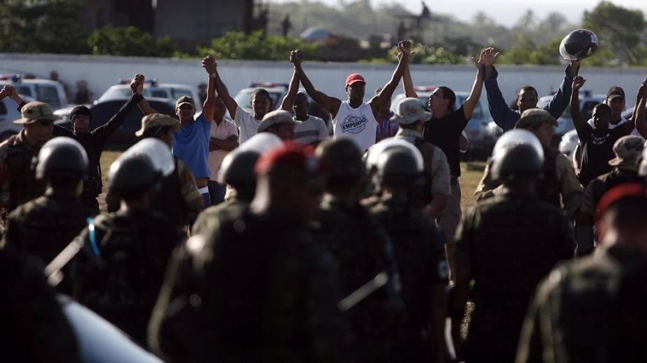 Grevistas fazem cordão frente aos militares