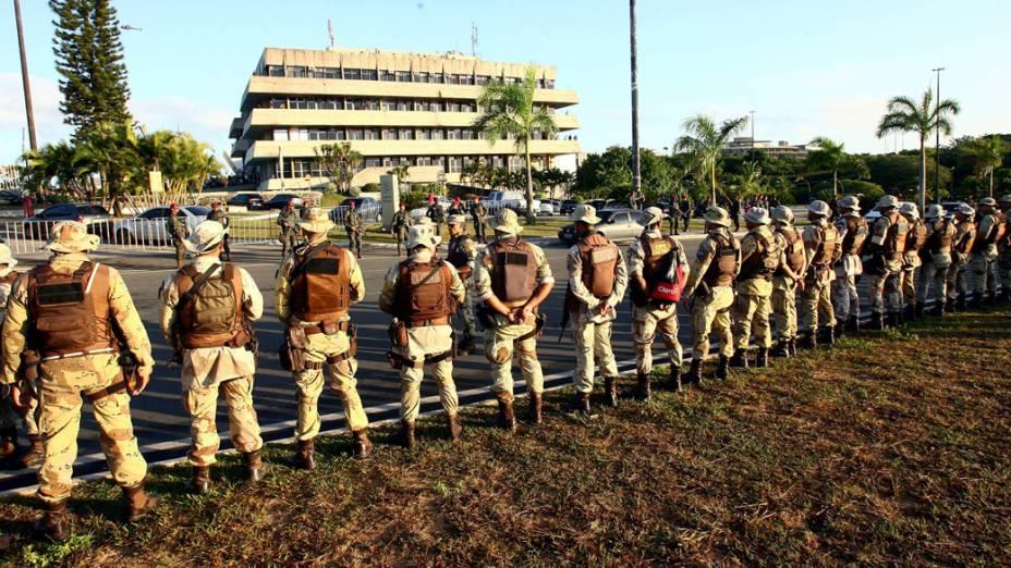 A tropa de choque da Polícia Militar se juntou, na manhã desta segunda-feira, aos homens do Exército, das Forças Armadas e da Polícia Civil no cerco a Assembleia Legislativa da Bahia