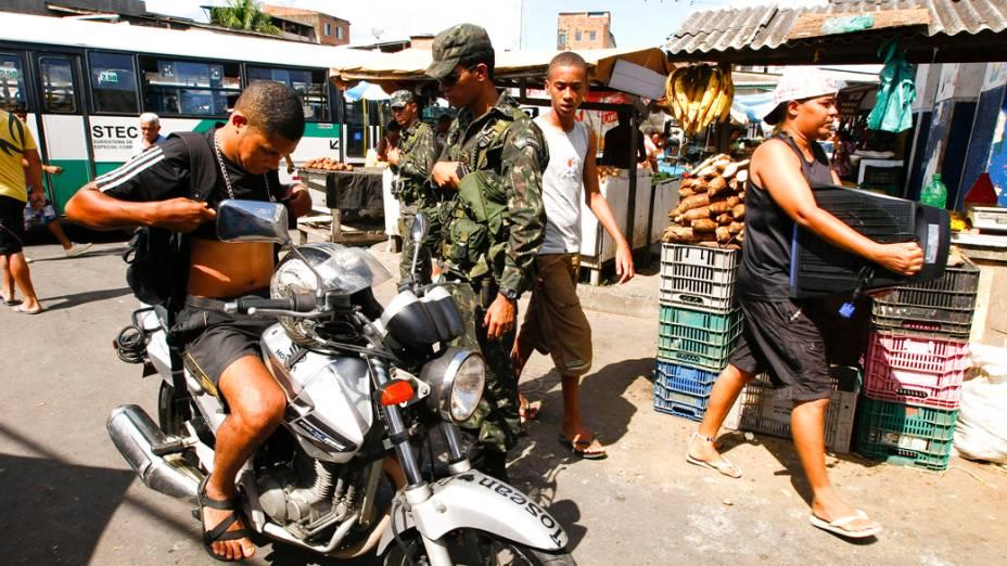 Soldados do Exército patrulham o bairro de Periperi, na periferia de Salvador, após assaltos e boatos de arrastões