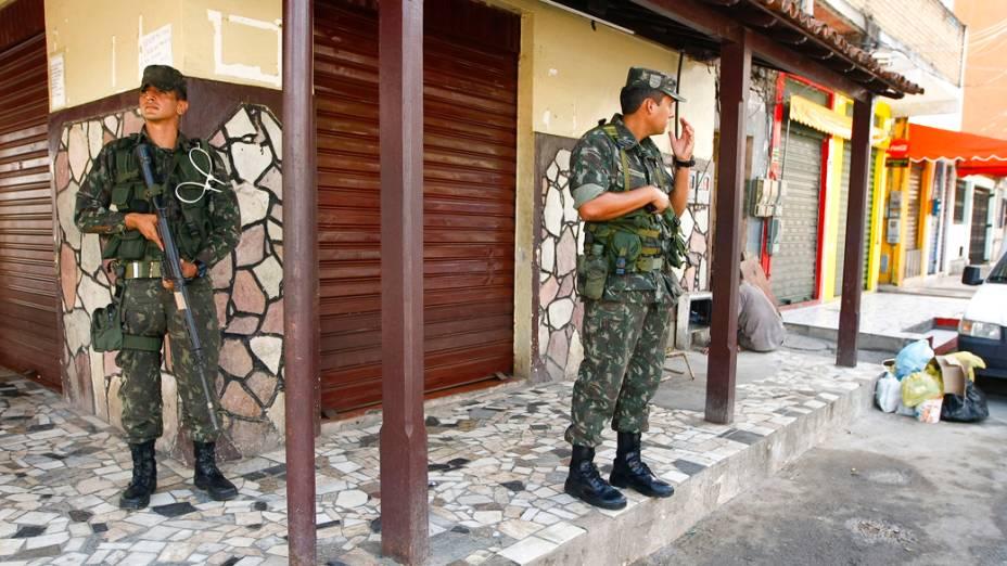 A Polícia Militar baiana entra nesta terça-feira no seu oitavo dia de paralisação, e os soldados do Exército patrulham o bairro de Periperi