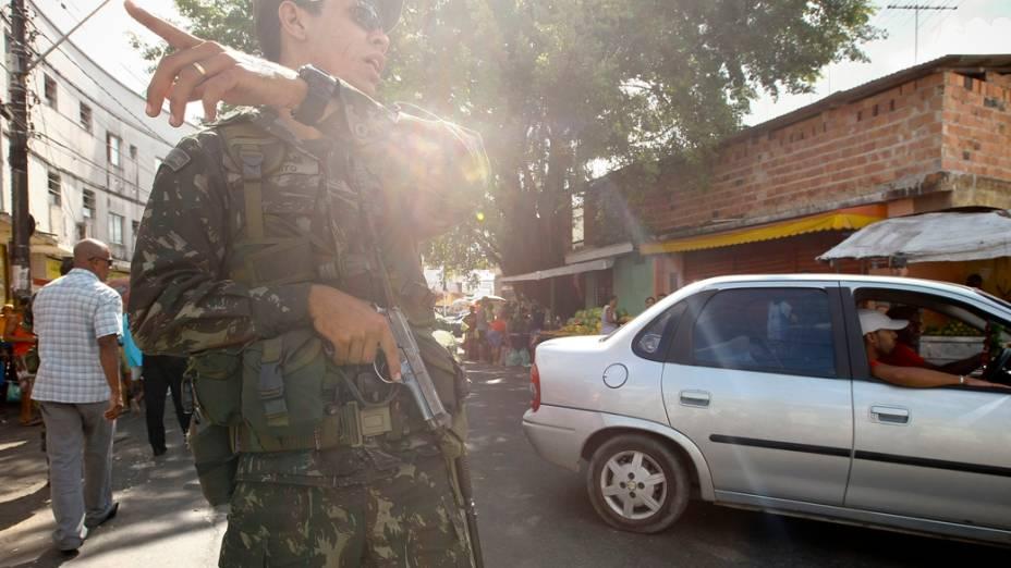 Soldado do Exército faz patrulha em bairro, após greve da Polícia Militar, em Salvador