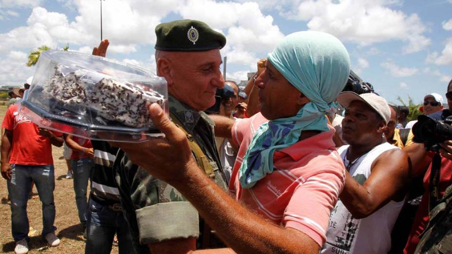 General Gonçalves Dias, que está à frente da operação na greve da PM, recebeu um bolo dos manifestantes em comemoração ao seu aniversário hoje