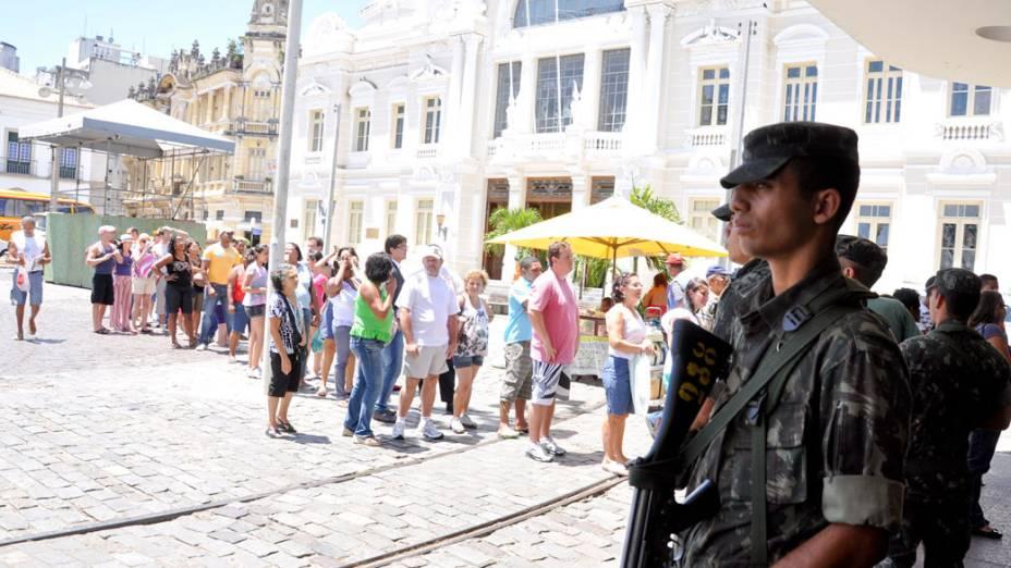 Soldado do exército patrulha as ruas do centro histórico de Salvador, na Bahia
