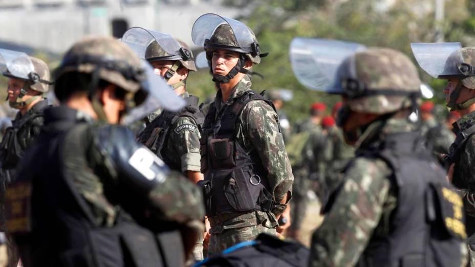 Aumenta o cerco na porta da Assembleia Legislativa da Bahia, onde policias militares estão em greve há nove dias