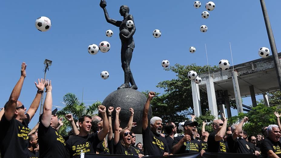 Policiais federais em greve protestam em frente ao Maracanã, no Rio