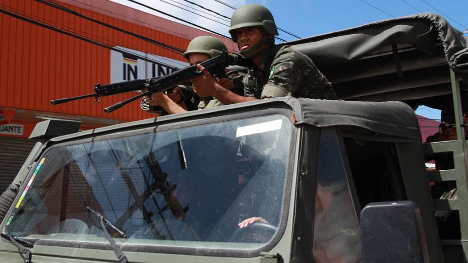 Exército nas ruas de Peixinhos, no Recife (PE), nesta quinta-feira (15). A Polícia Militar está em greve no estado desde a noite de terça-feira (13)