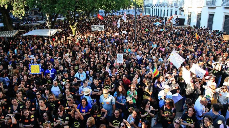 Professores realizam protesto no Paço Imperial, centro do Rio de Janeiro (RJ), na tarde desta quarta-feira (28)
