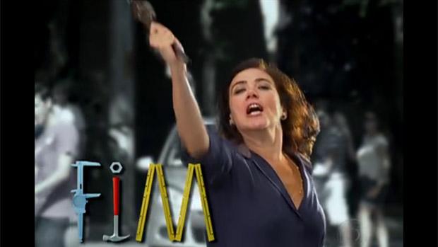 Griselda ergue uma chave de grifo para Tereza Cristina, na última cena de Fina Estampa