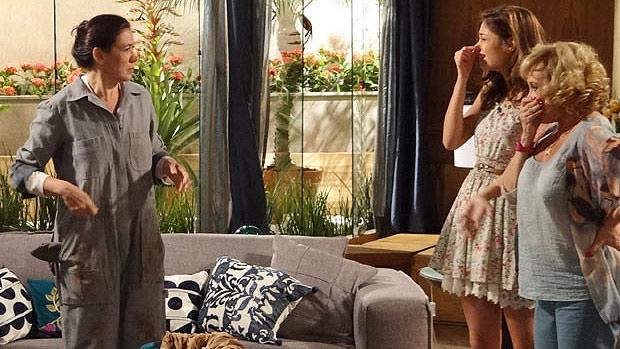 Griselda (Lilia Cabral), Amália (Sophie Charlotte) e Vilma (Arlete Salles) sofrem com mal cheiro na mansão de privadas entupidas