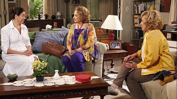 Griselda (Lilia Cabral) contrata Tia Íris (Eva Wilma) como secretária de sua mansão, em <em>Fina Estampa</em>
