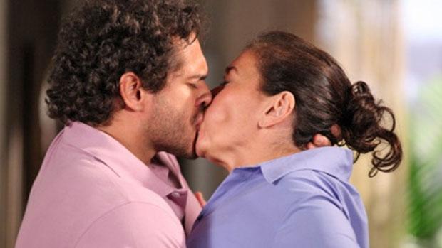 Griselda (Lilia Cabral) e Guaracy (Paulo Rocha) vão para a cama