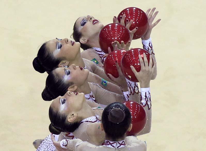 Equipe brasileira de ginástica, vencedora da medalha de ouro, durante prova com bola, no segundo dia dos jogos Pan-Americanos em Guadalajara, México, em 16/10/2011