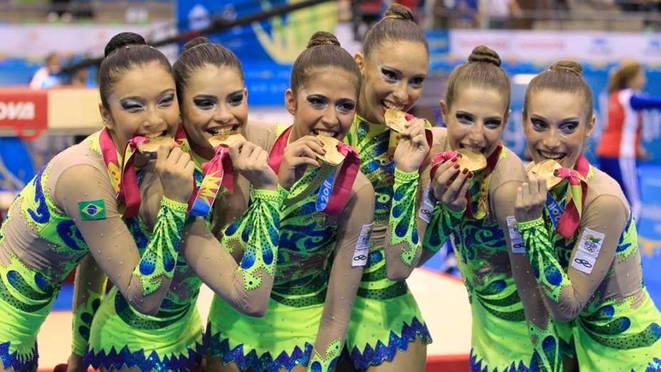 Equipe feminina de ginástica comemora medalha de ouro na qualificação geral de grupo, Equipe feminina de ginástica em prova para qualificação geral de grupo, no segundo dia dos Jogos Pan-Americanos em Guadalajara, México, em 16/10/2011