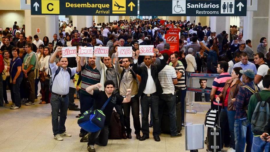 Grupo de passageiros protesta no Santos Dumont, fechado em função da chuva