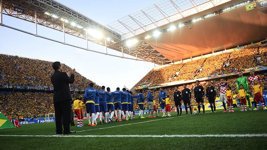 Jogadores entraram com a mão no ombro do companheiro da frente para a partida de abertura contra a Croácia