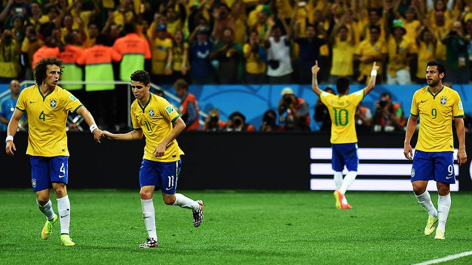 David Luiz, Oscar e Fred após gol de Neymar na partida contra a Croácia