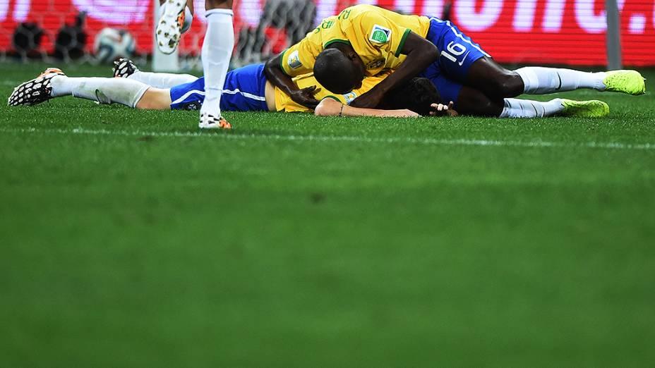 Ramires e Oscar comemoram gol na vitória sobre a Croácia