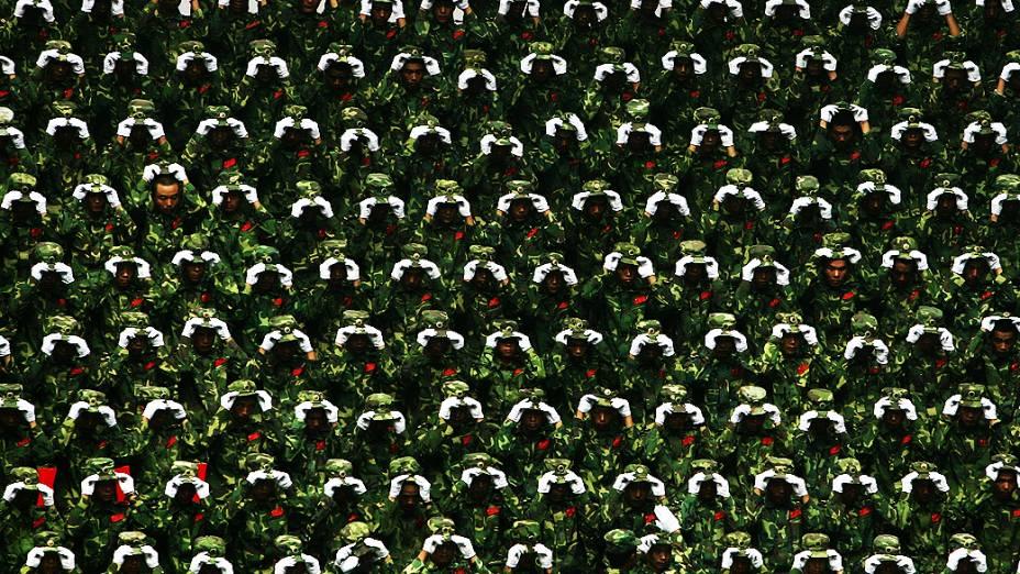 Durante os Jogos Olímpicos de Pequim, soldados chineses fazem homenagem às vítimas do terremoto que atingiu a cidade de Sichuan em 2008