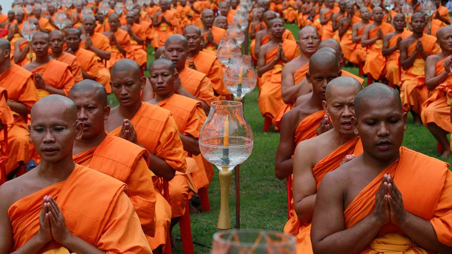 Monjes budistas durante oração no Vesak Day, celebração anual do nascimento de Buda no templo Wat Phra Dhammakaya em Bangcoc, Tailândia