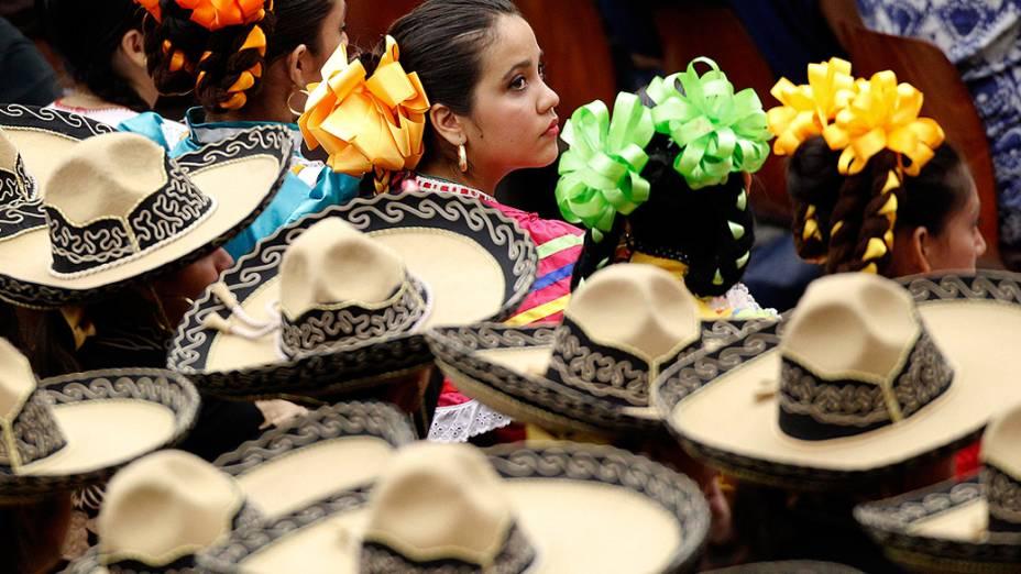 Grupo de mexicanos com trajes típicos durante cerimônia no Vaticano