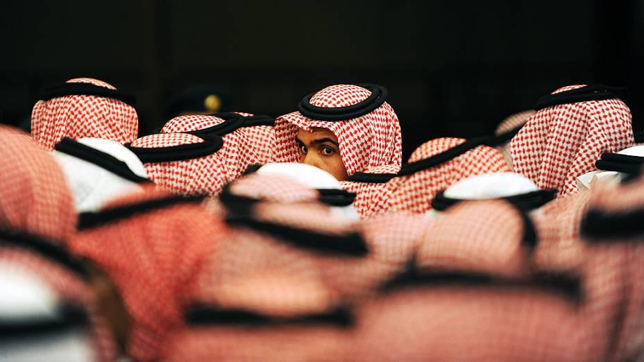 Sauditas esperam do lado de fora do Palácio Masmak, emRiyadhpara mostrar lealdade a Salman bin Abdulaziznomeadopríncipe herdeiroapós a morte do príncipe Nayef bin Abdul Aziz, em junho de 2012