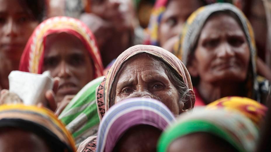 Vítimas de enchentes esperam por ajuda alimentar do governo em Kurigram, Bangladesh, em julho de 2012