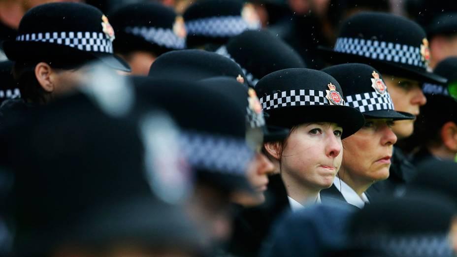 Policiais da cidade de Manchester fazem vigília em memória dos oficiais Fiona Osso e Hughes Nicola, perto do local onde foram baleados e mortos em Hattersley, norte da Inglaterra