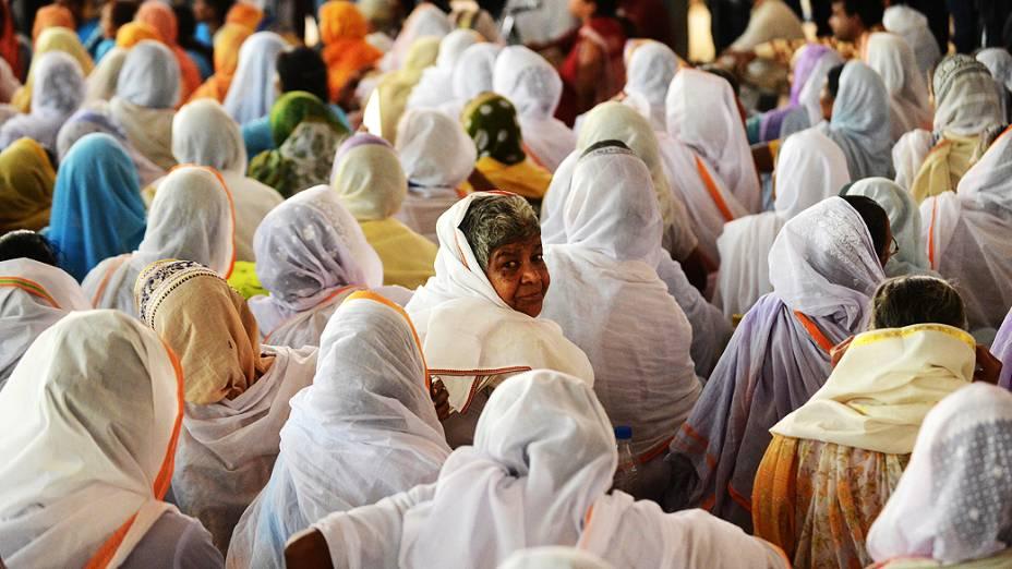 Viúvas indianas de Vrindavan, no estado de Uttar Pradesh, participam de cerimônia em Nova Délhi