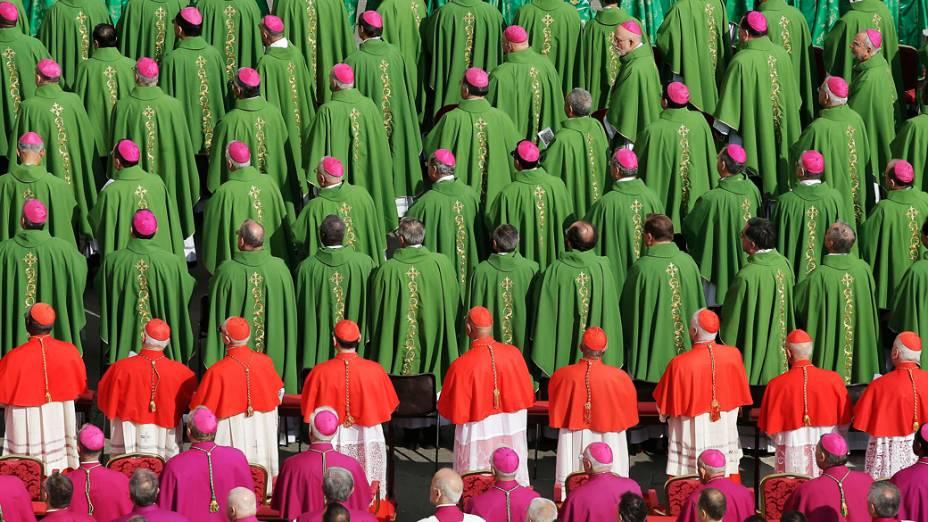 Bispos e cardeais durante missa celebrada pelo papa Bento XVI marcando a abertura do Sínodo dos Bispos, na Praça São Pedro, no Vaticano