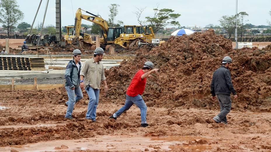 Operários trabalham para preparar o terreno em Guaratiba que vai receber o papa Francisco: lama e alagamentos dificultam os trabalhos