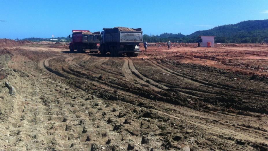 Chuvas do mês de março atrasaram as obras de terraplanagem em Guaratiba