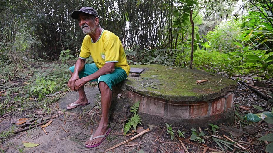Vizinho do Campus Fidei, Júlio Cesar de Oliveira, 62 anos, teme que única fonte de água da vila onde vivem 12 famílias seja contaminada